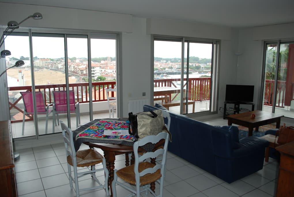 Salon/salle à manger 3 baies vitrées sur terrasse vue mer