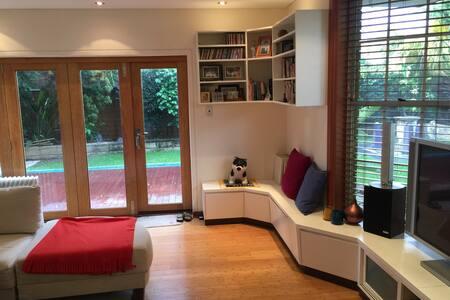 CoolBreeze Single x beds Superior interior wt Yard - Burwood - Дом