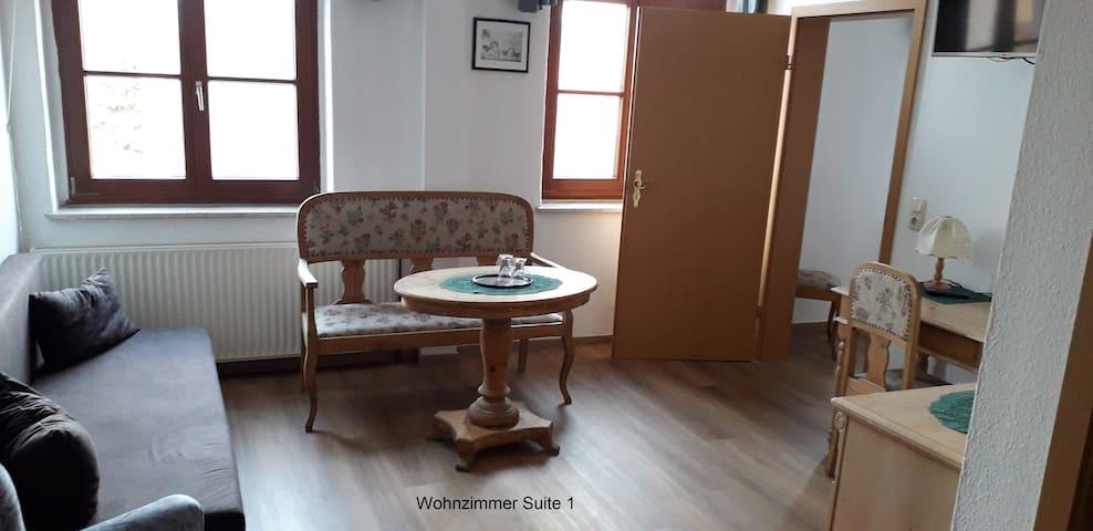 Apartment mit Bad, Küche, Schlaf- und Wohnzimmer