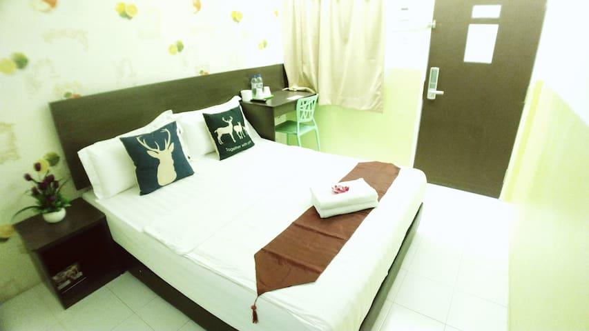 Deluxe Queen Room - Apple 1 Hotel Gurney