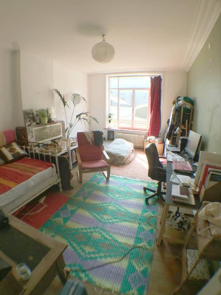 Chambre spacieuse pour 1 à 4 personnes.
