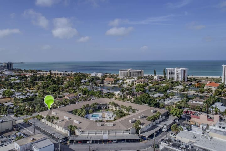 Walk to Lido Beach & Armand Cir, Wifi/DVD Included, Newly Renovated Corner Unit Condo