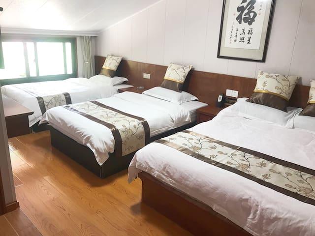 一张1:5米大床和二张1:2米的单人床,适合住出来几个人的家庭房。