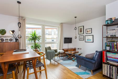 Stunning Retro One Bedroom Flat by the River