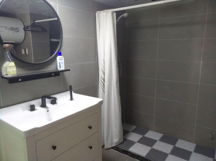 最最满意的浴室柜,实木的哦,很北欧很美腻,洗漱很方便,看到了吗有方便洗头的喷头哦⊙∀⊙!人性化设计我也很满意。