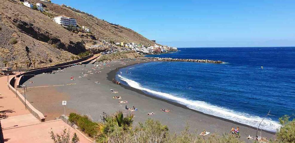 Black sand beach (Playa La Nea)
