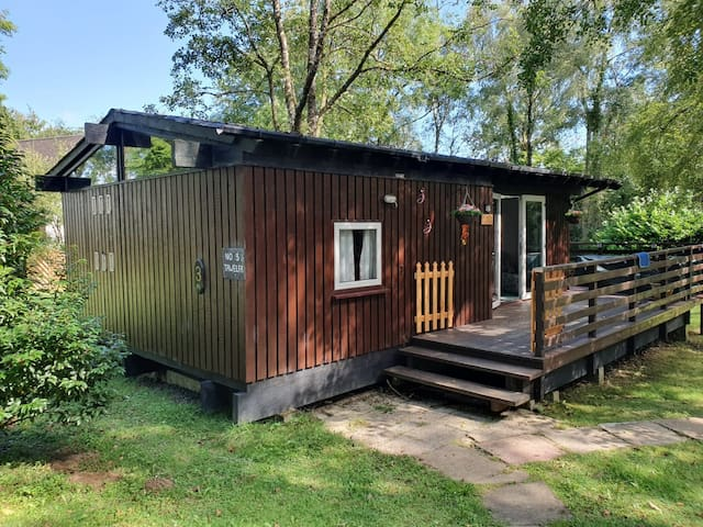 Cosy Log cabin in beautiful woodland. Pet friendly