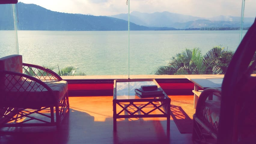 3 BedRs,pool, 2 jacuxzi  LakeHouse in Amatitlan!