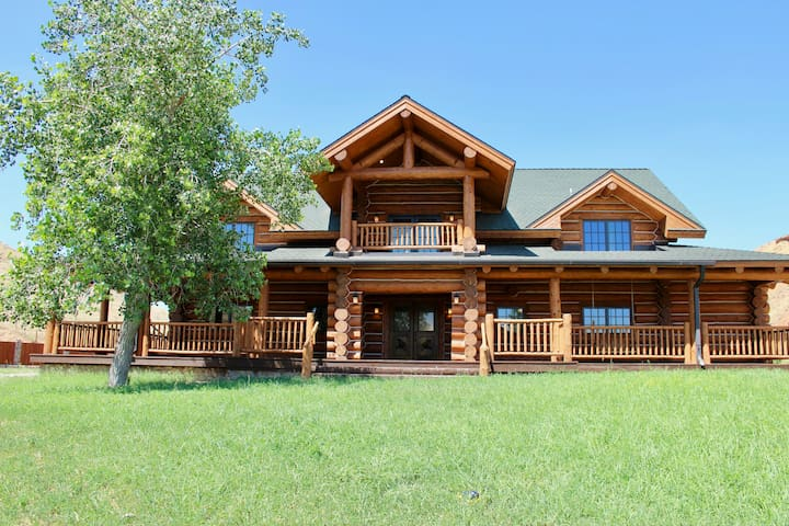 Picturesque log home near Shell Canyon sleeps 12