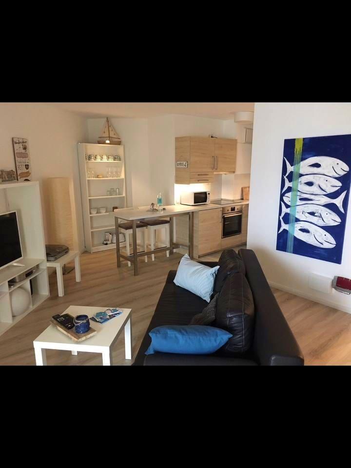 Gemütlicher Wohnbereich mit Küchenzeile und Essplatz