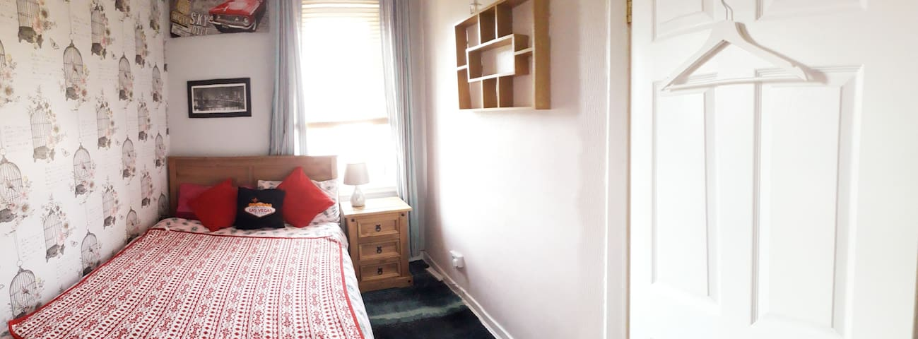 Refurbished Cosy Bright Dbl Room with Parking,Wifi
