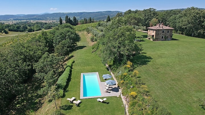 Idyllic Rustic Tuscan Villa, Perfectly Situated!