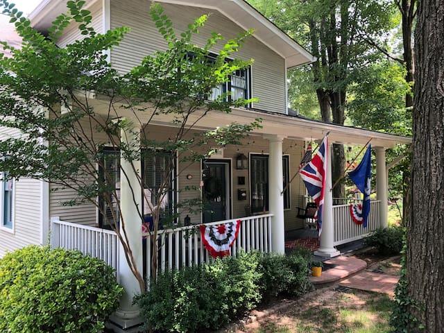 Spacious 2-bdrm Apt in No. Arlington Historic Home