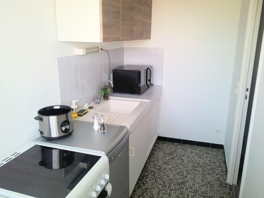 La cuisine dispose d'un frigidaire, d'une cuisinière et d'un micro-ondes.
