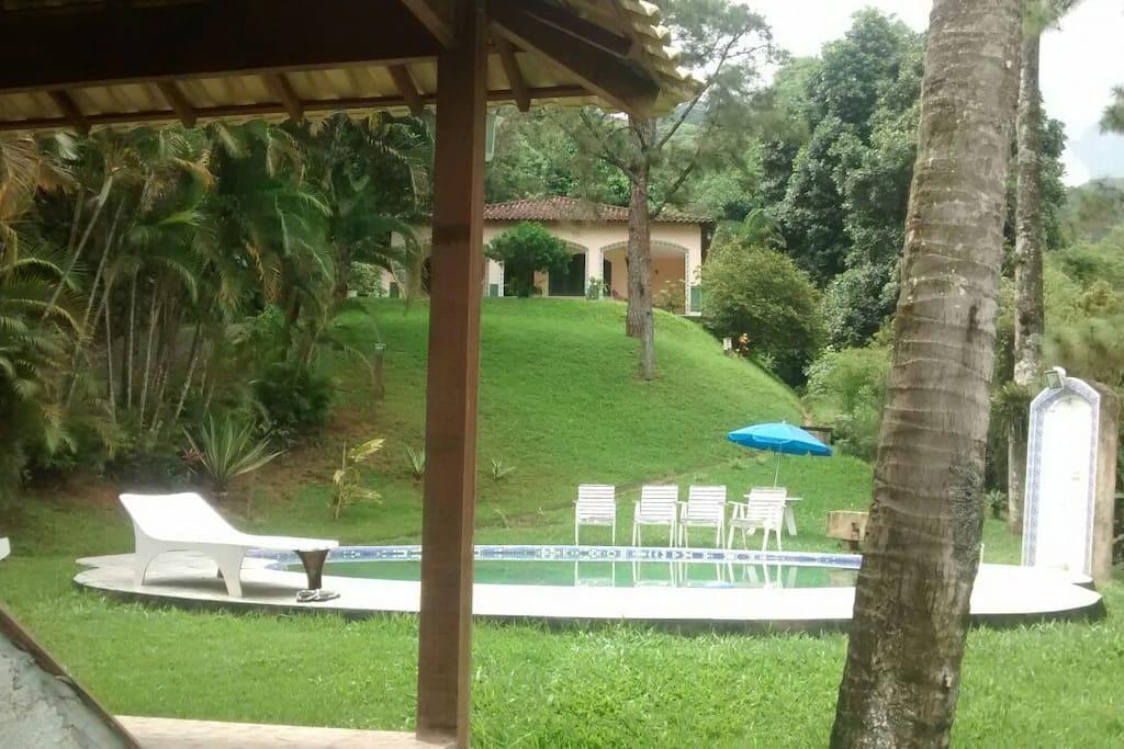Casa e piscina vista do quiosque