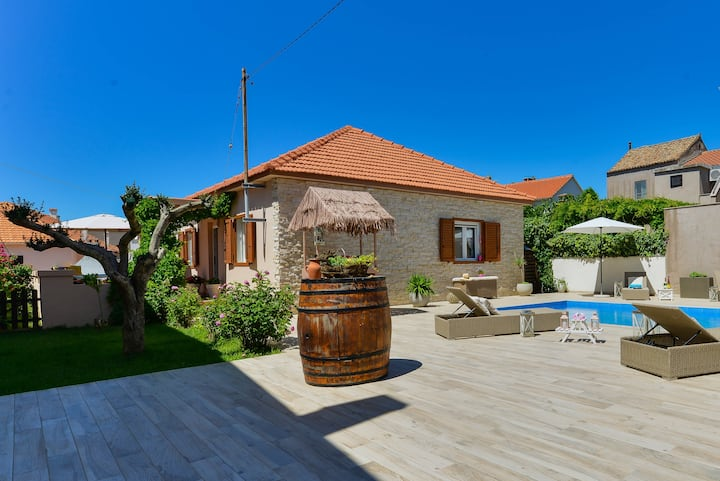 Seaview Holiday Home with pool, 40m from the sea