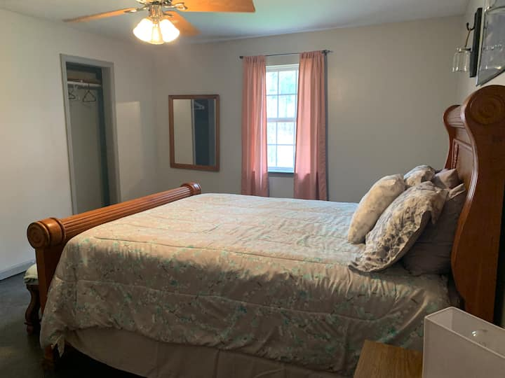 Cozy Bedroom #1 in Cartersville Hostel Exit 290