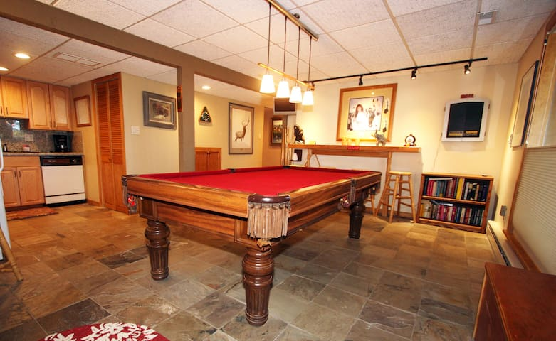 Apartment With Private Hot Tub & Pool Table