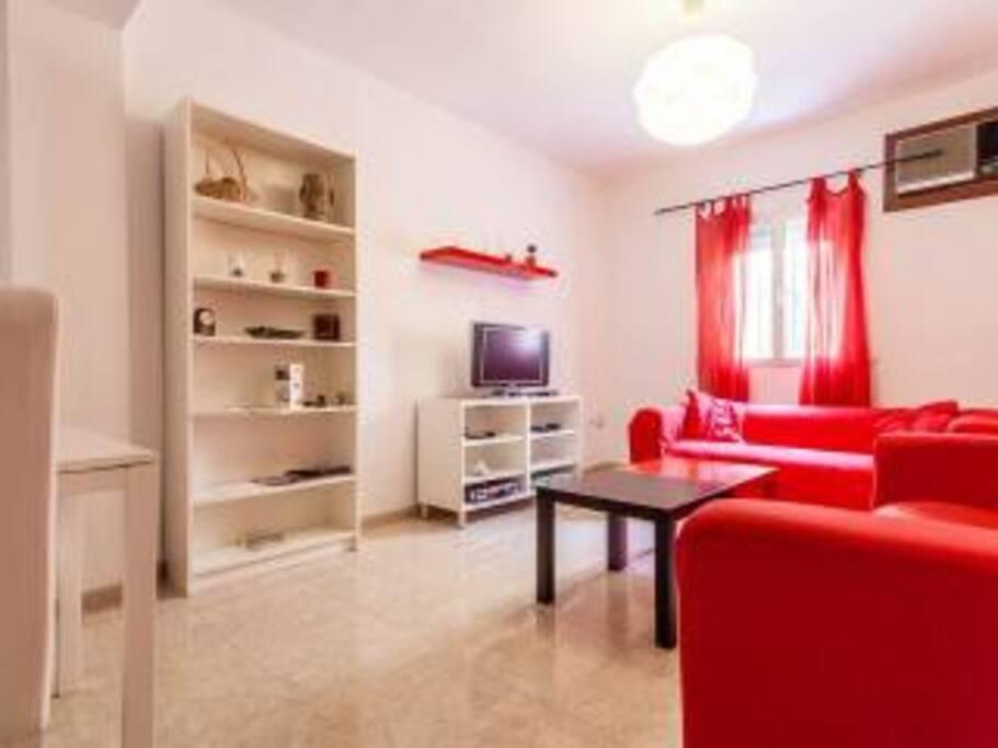 salon con tv ,aire acondicionado y mesa comedor