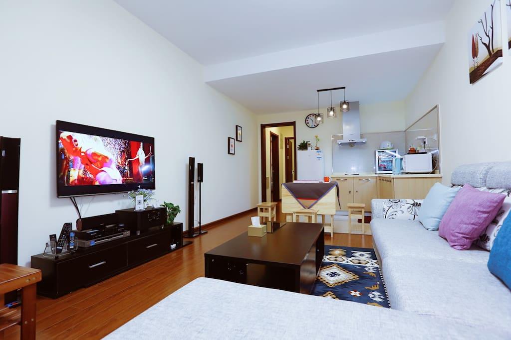 宽敞的客厅,设施一应俱全,舒适欢乐不局促。