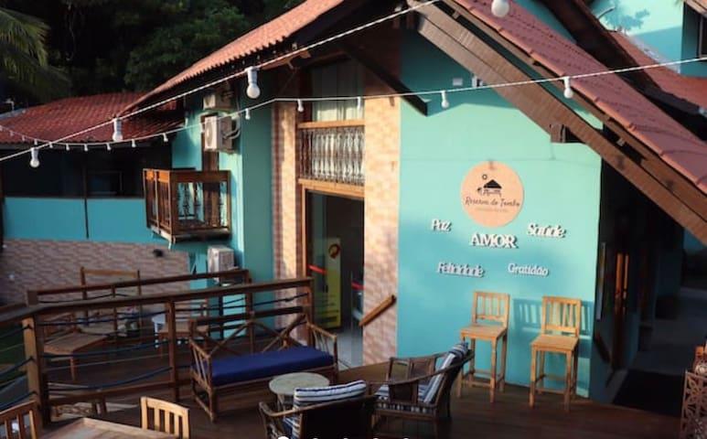 Suíte privativa em Hostel - PRAIA DO TOMBO