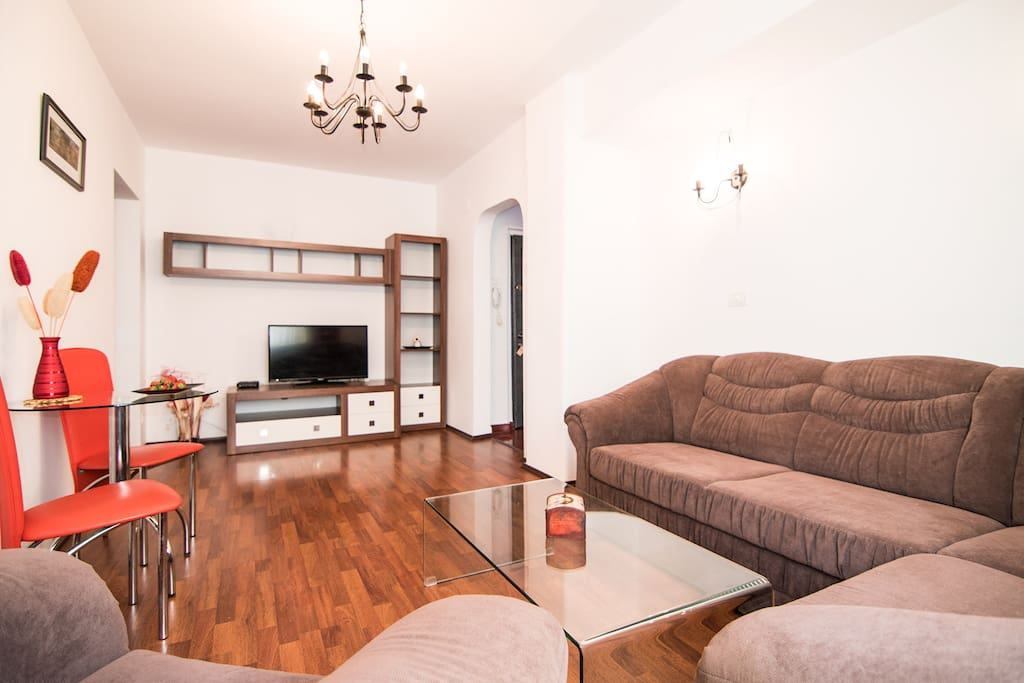 Spacious and bright living room, with extensible sofa