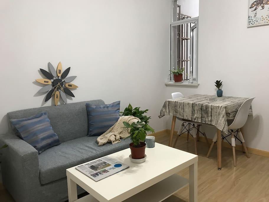 客厅沙发和餐桌