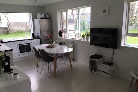 Lovely family apartment with garden - Селтьярнарнес - Квартира