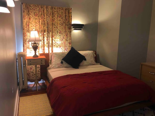 Inviting Room in Guest Cottage/Health PRO welcome