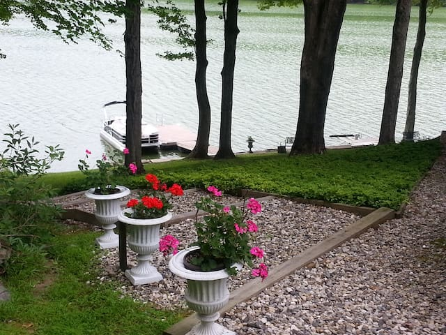 Waterfront Lake House - Brookfield - Dom
