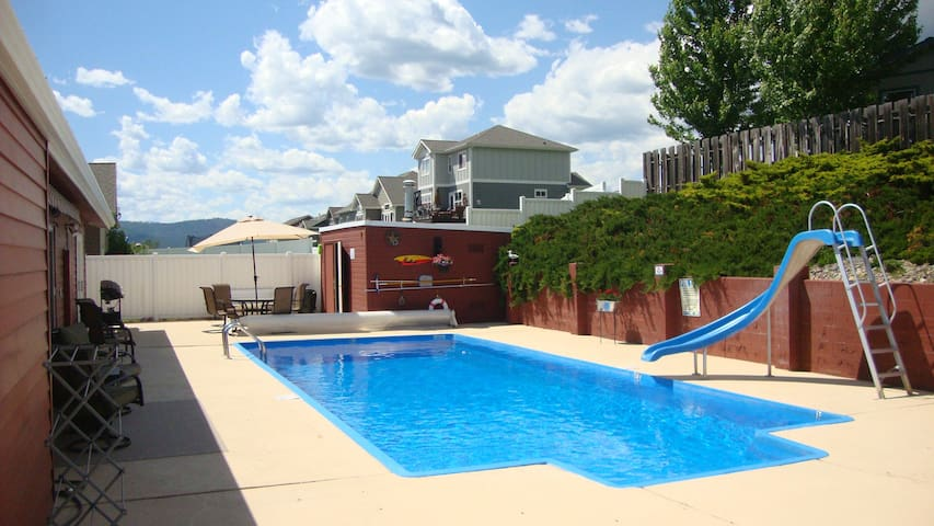 RELAX BY THE SWIMMING POOL IN A CENTRAL LOCATION