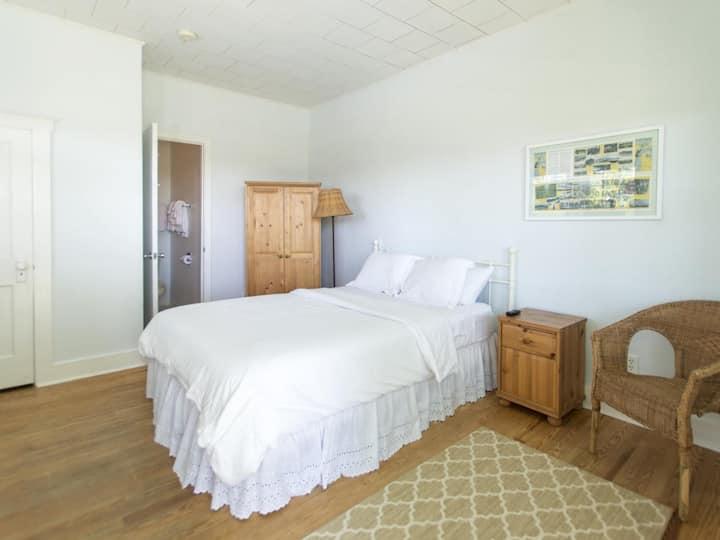 Beach House 1st Floor with Pool view & Lrg Bath