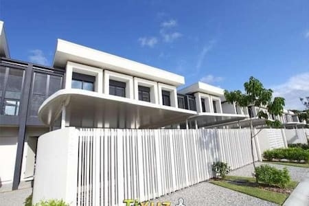 Modern 3br House on The Glades Golf Course - Robina