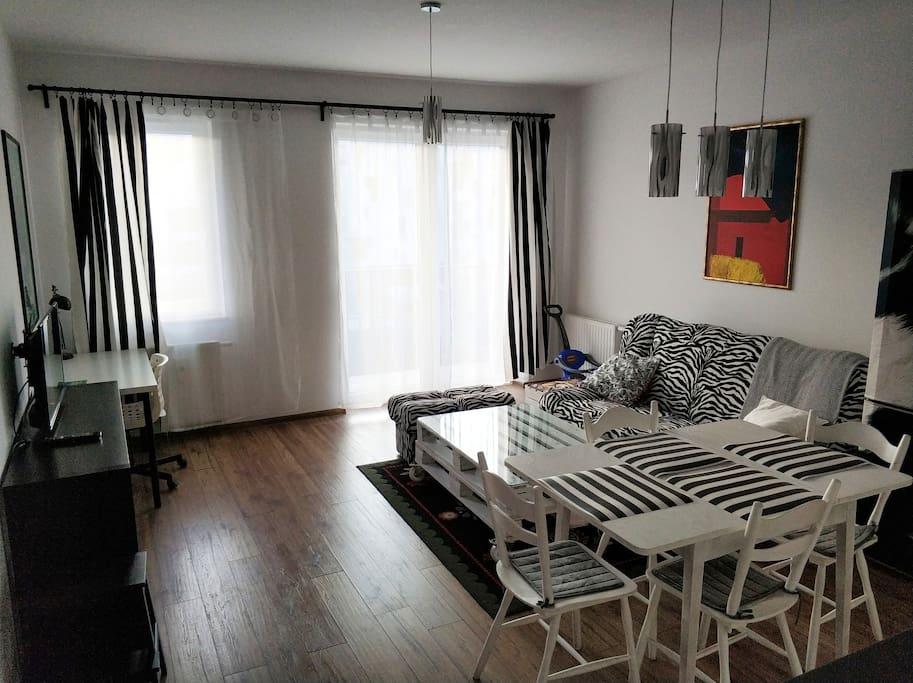 salon, stół, balkon (zamknięty), biurko