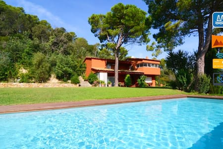 Luxury villa with privacy, pool and large garden. - Mont-ras