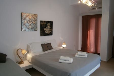 Renas Rooms & Suites - Thira