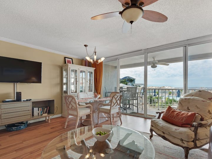 First floor, airy condo w/ two beach chairs & bicycles included -close to dining