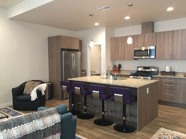 ⭐️ Modern Oak St Condo - Ski, Bike, River, Hike ⭐️