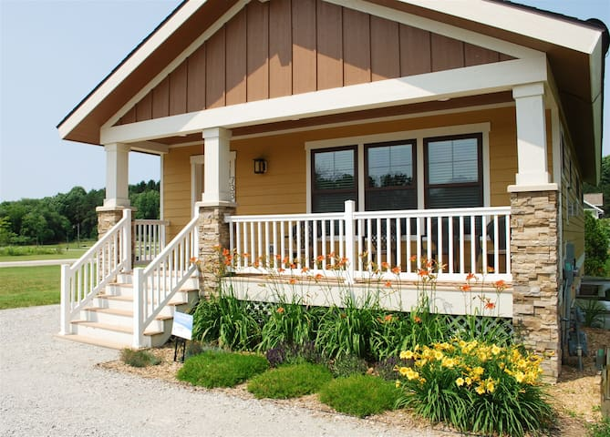 Wildflower Cottage - Luxury vacation rental with seasonal pool access, near beaches & downtown South Haven!