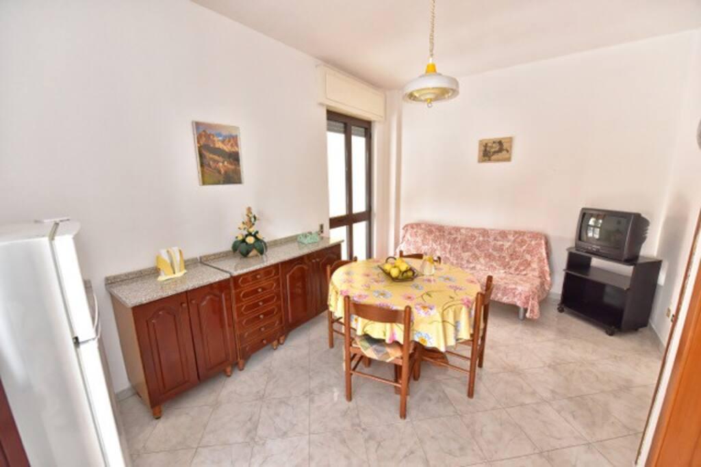 Casa con portico a pochi metri dal mare apartments for - Rifare casa con pochi soldi ...