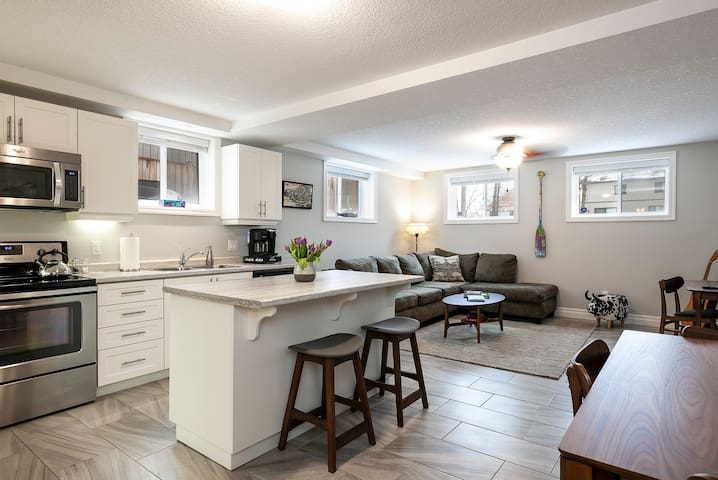 The Portage - Bright and Open 2 BR Suite