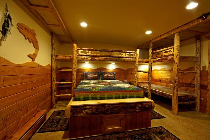 Fishing Room @ Indian Ridge Lodge 1 Queen, 3 Bunks