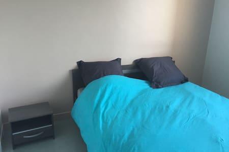 Chambre calme , avec un lit double - Gap