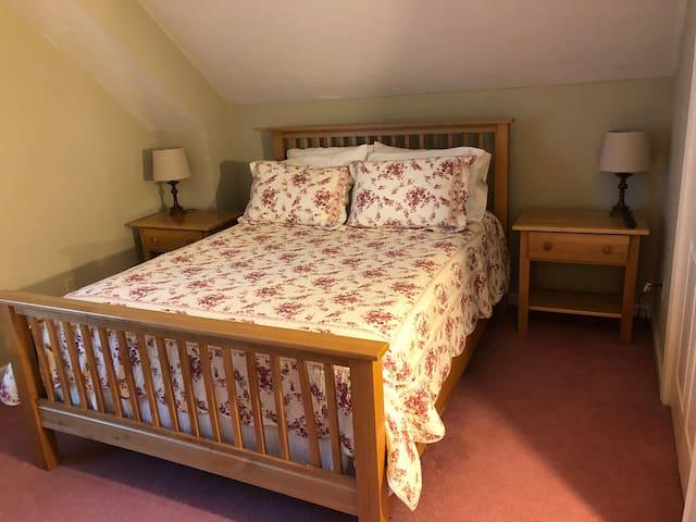 2nd Floor Bedroom - Queen Size Bed
