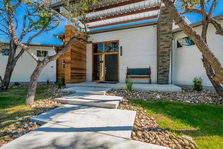 b. SPACIOUS MODERN HOME + 3 TINY HOMES- SLEEPS 42!
