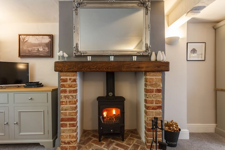 *SUPER COSY* luxury cottage in the Burley woods