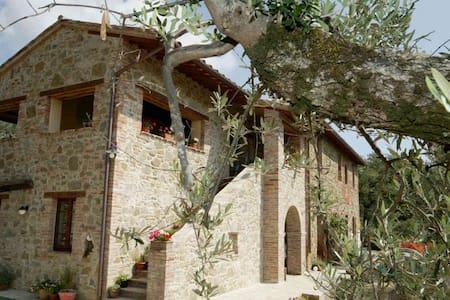 CASA LORENZO ~ Stunning 16c farmhouse & large pool - Panicale - 一軒家