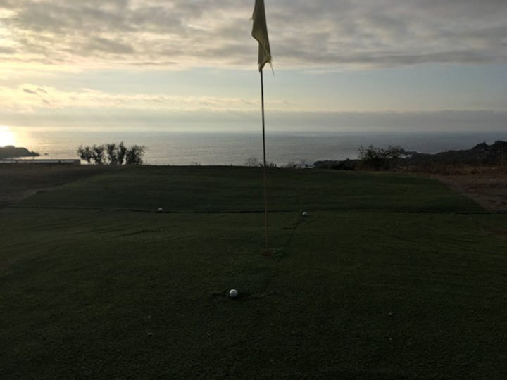 Cabaña con cancha de golf privada. Vista al mar.