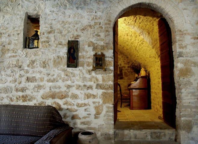 GROTTA in CASALE MAGGI, Menotre, vicino Foligno - Province of Perugia - บ้าน