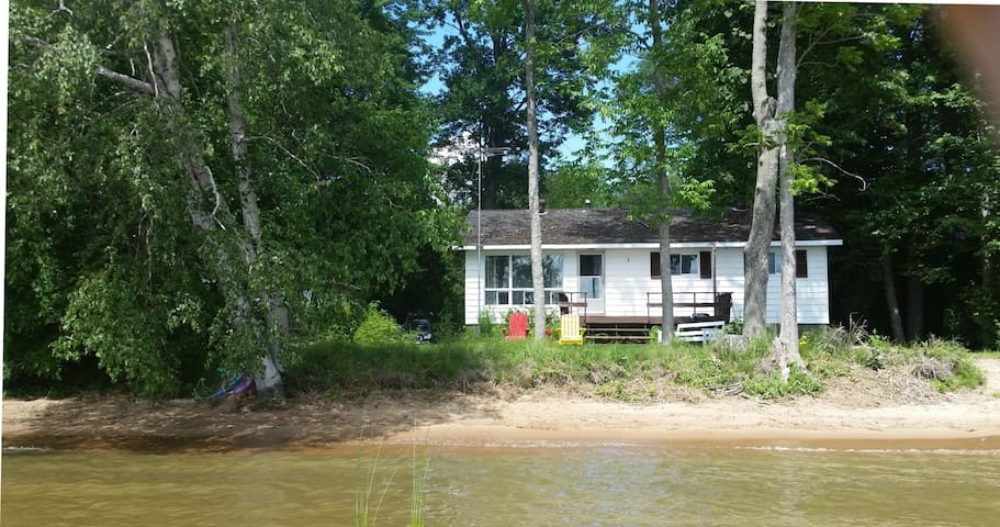Family-style lakefront cottage 100' sandy beach - North Bay - Stuga
